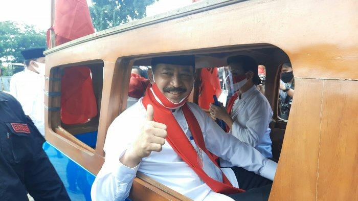 Muhamad-Rahayu Saraswati Djojohadikusumo menumpang sebuah oplet ketika mendatangi KPU Kota Tangsel. Keduanya hadir untuk mendaftarkan diri sebagai kandidat Pilkada Tangsel 2020.