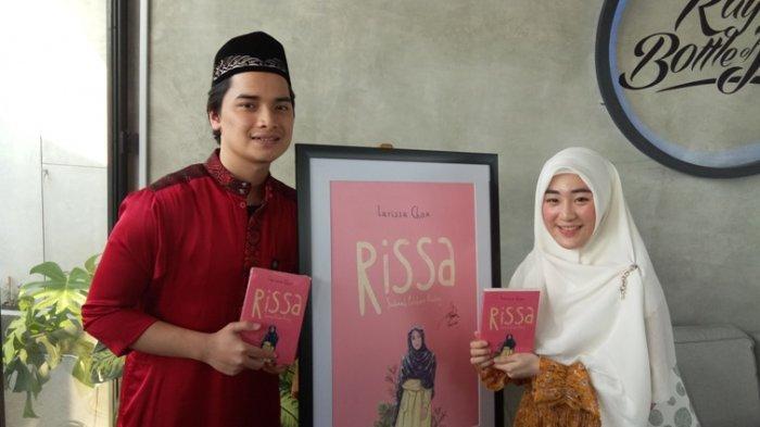 Alvin Faiz dan Larissa Chou alias Rissa disela mengenalkan buku berjudul 'Rissa, Sebuah Pilihan Hidup' di RBoJ Cafe, Jalan Buncit Raya, Pasar Minggu, Jakarta Selatan, Jumat (12/7/2019) sore. Alvin Faiz adalah putra sulung mendiang Ustaz Muhammad Arifin Ilham.