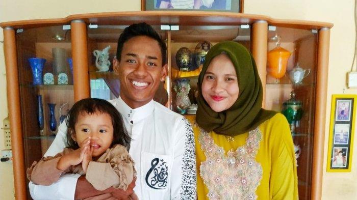 Muhammad Toha, bek kanan Persita Tangerang saat bersama keluarga.