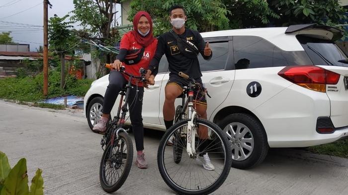 Muhammad Toha (kanan), bek kanan Persita Tangerang saat bersepeda bersama sang istri di Bontang, Kalimantan Timur.