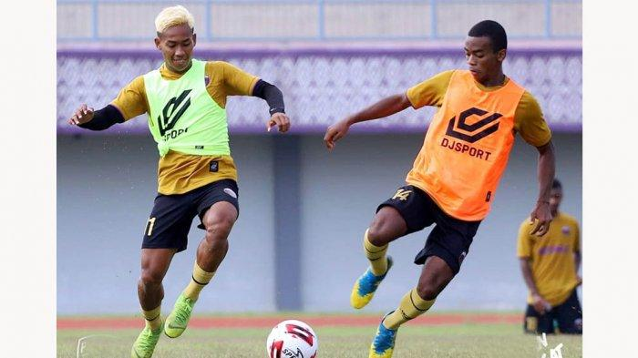 Antusias Sambut Piala Menpora 2021, Bek Persita Muhammad Toha Mewarnai Rambutnya dengan Warna Gold