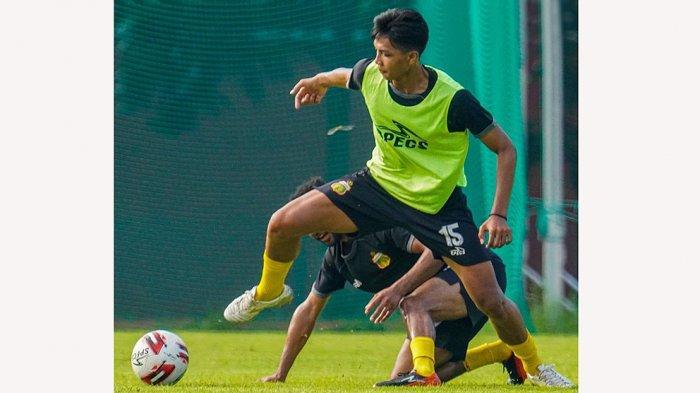 Dengan postur tubuh setinggi 185 cm menjadikan dirinya ideal sebagai pemain depan