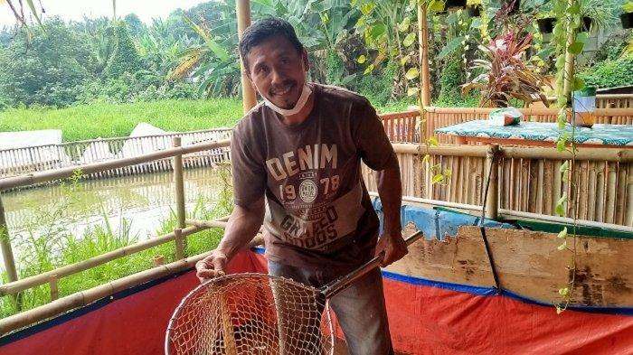 Mulyadi Pelihara Ikan di Aliran Sungai Puri Pamulang dari Awal 1.000 Ekor menjadi 4.000 Ekor Ikan