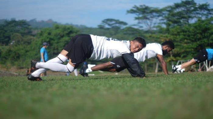 Gelandang Persikabo 1973, Munadi saat menjalani sesi latihan di lapangan PMPP, Hambalang, Kabupaten Bogor