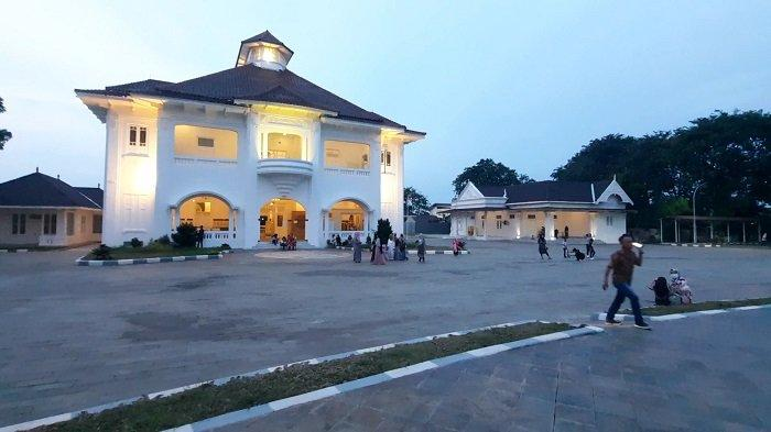 Warga memanfaatkan libur Hari Raya Idul Fitri 1442 Hijriyah/ 2021 mengunjungi Museum Gedung Juang Tambun, di Jalan Sultan Hasanudin, Kecamatan Tambun Selatan, Kabupaten Bekasi, Jumat (14/5/2021).