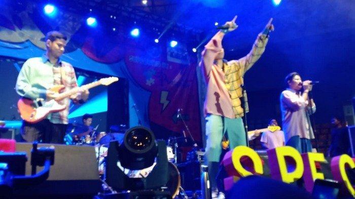 Musisi RAN dan Yura Bius Penonton di Stadion Pakansari saat Pentas Seni SMAN 2 Cibinong Bogor