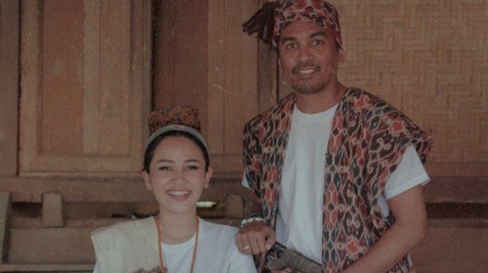Mutia Ayu membagikan foto kenangan bersama mendiang Glenn Fredly ketika berada di Sumba, Nusa Tenggara Timur, Kamis (7/5/2020). Di foto itu Mutia Ayu dan Glenn Fredly begitu serasi menggunakan baju adat khas Sumba.