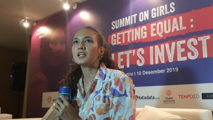 Saat ditemui usai menjadi pembicara di acara Summit on Girls di Jakarta Selatan, Selasa (10/12/2019) sore, Nadine Chandrawinata menunjukkan tumbler biru yang disimpan dalam tas cokelatnya.
