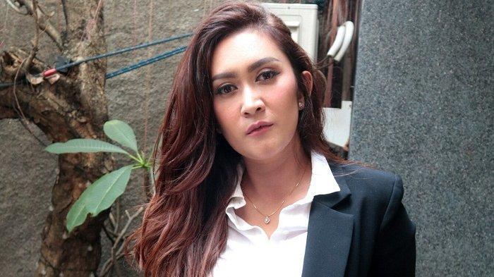 Penyanyi Nafa Urbach mengaku mendapat ancaman dari penagih pinjaman online alias debt collector meski tidak pernah pinjam uang.