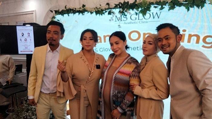 Nagita Slavina saat kehamilannya semakin besar disela pembukaan store MS Glow Aesthetic Clinic di kawasan Depok, Jawa Barat, Sabtu (18/9/2021).