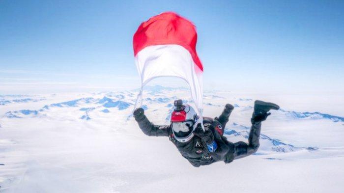 Takukkan 7 Benua dengan Terjun Payung, Naila Novaranti Sabet Rekor Dunia dari Muri