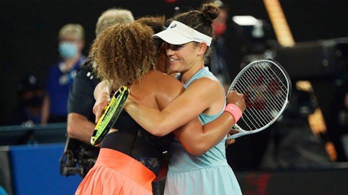 Naomi Osaka (kiri) berpelukan dengan Jennifer Brady usai pertandingan final