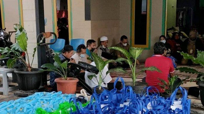 Rajin Nabung Sampah dan Minyak Jelantah, Nasabah Bank Sampah di Kebagusan Dapat Bingkisan Lebaran
