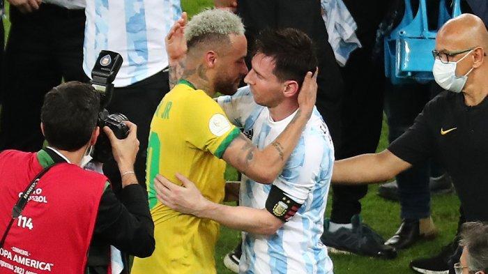 Neymar mendatangi Messi dan mengucapkan selamat atas kemenangannya di final Copa America 2021 yang berlangsung di Stadion Maracana, Rio de Janeiro, Brasil.