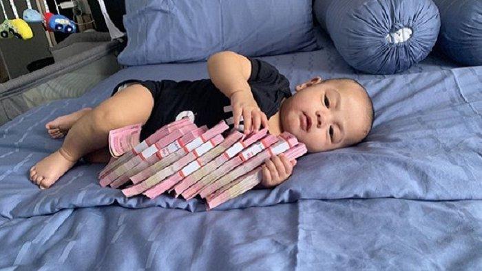 Unggah Foto Bayi Peluk Segepok Uang, Nikita Mirzani Sindir Soal Utang: Gak Usah Dibilang Mirip Onoh