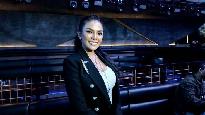 Nikita Mirzani saat mengenalkan single kedua berjudul Nikita Gank ciptaan Young Lex di Hollywings, Jalan Gatot Subroto, Jakarta Selatan, Rabu (9/6/2021).