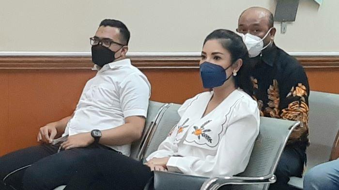 Penyanyi Nindy Ayunda memberikan kesaksian di sidang perkara narkoba dan kepemilikan senjata api ilegal Askara Parasady Harsono. Nindy Ayunda hadir di Pengadilan Negeri Jakarta Barat, Slipi, Jakarta Barat, Senin (26/4/2021).