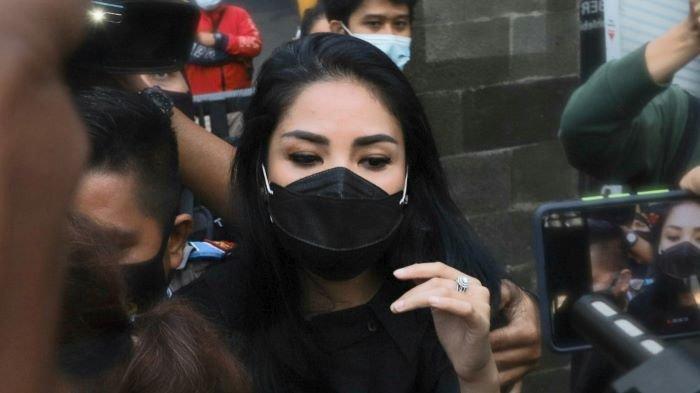 Jalani Pemeriksaan Terkait Kasus Senpi Ilegal Suami, Nindy Ayunda: Saya Nggak Bisa Ngomong Banyak