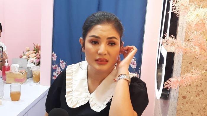 Penyanyi Nindy Ayunda di kawasan Blok M, Jakarta Selatan, Selasa (8/6/2021). Nindy Ayunda minta Askara Parasady menerima putusan cerai pengadilan.