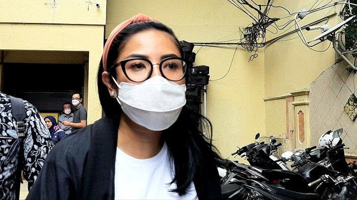Nindy Ayunda menjalani pemeriksaan sebagai saksi atas kasus narkoba suaminya di Polres Metro Jakarta Barat, Rabu (27/1/2021).