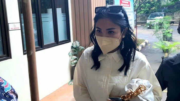 Penyanyi Nindy Ayunda saat menghadiri sidang gugatan cerainya di Pengadilan Agama Jakarta Selatan, Rabu (3/2/2021).