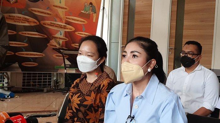 Penyanyi Nindy Ayunda saat ditemui di Komnas Perempuan, Menteng, Jakarta Pusat, Selasa (16/2/2021). Dia mengadukan nasibnya yang mengalami tindak kekerasan dalam rumah tangga di Komnas Perempuan.