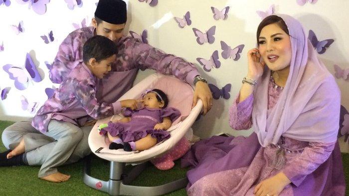 Nindy Ayunda saat menggelar syukuran akikah anak keduanya, Akhiffa Dinira Parasady Harsono di kediamannya di kawasan Pondok Pinang, Kebayoran Lama, Jakarta Selatan, Sabtu (21/11/2017).