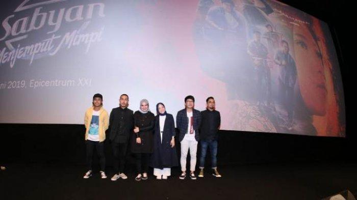 Nissa Sabyan dan Band Sabyan Gambus ketika gala premier film Sabyan Menembus Mimpi di Bioskop XXI Epicentrum Walk, Jalan HR Rasuna Said, Kuningan, Jakarta Selatan, Kamis (20/6/2019).