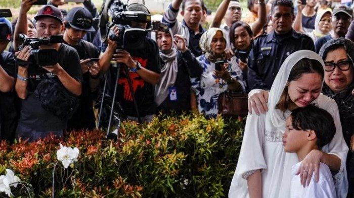 DETIK-detik Mengharukan saat Noah Histeris Saksikan Ashraf Dimakamkan, Iis Dahlia: Saya Tak Kuat