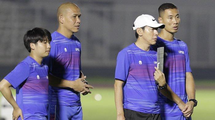 Asisten Pelatih Timnas U-19 Nova Ariyanto (kedua dari kiri)