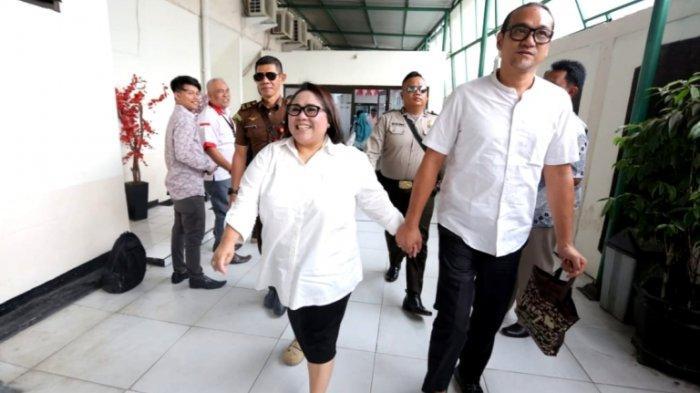 Pelawak Nunung Srimulat terus menggenggam erat tangan July Jan Sambiran, suami yang juga manajernya, ketika menjalani persidangan di Pengadilan Negeri Jakarta Selatan, Rabu (27/11/2019).