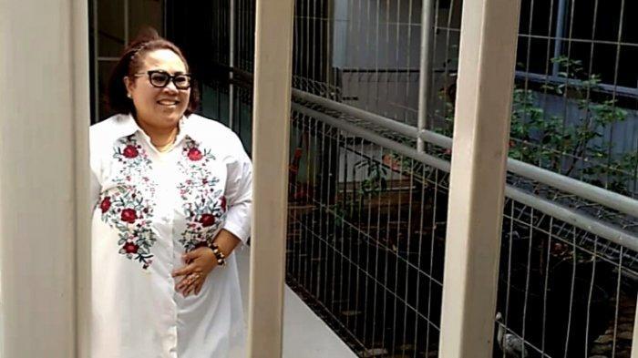 Pelawak Nunung Srimulat bersama July Jan Sambiran, suami yang juga manajernya, saat menjalani sidang dugaan kepemilikan dan pemakaian narkotika jenis ganja di Pengadilan Negeri Jakarta Selatan, Rabu (9/10/2019).