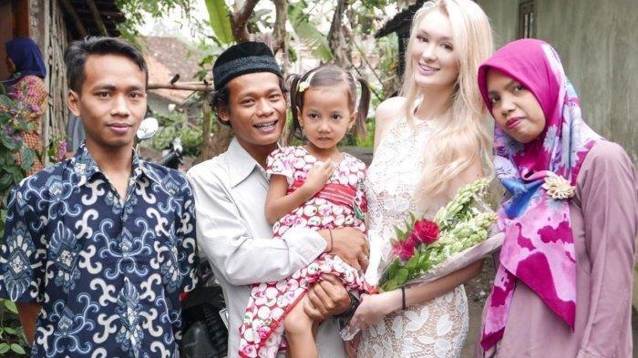 Nur Khamid dan istrinya asal Inggris diapit anggota keluarga setelah pernikahan.
