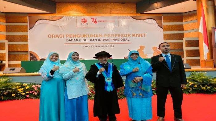 Nur Mahmudi Ismail bersama istri Nur Azizah Tamhid dan ketiga anaknya berfoto bersama usai dikukuhkan jadi profesor riset