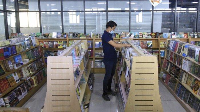 Nyaris tidak ada pembeli di Gerai Jakbook di Pasar Kenari, Jakarta Pusat pada Kamis (18/2/2021).