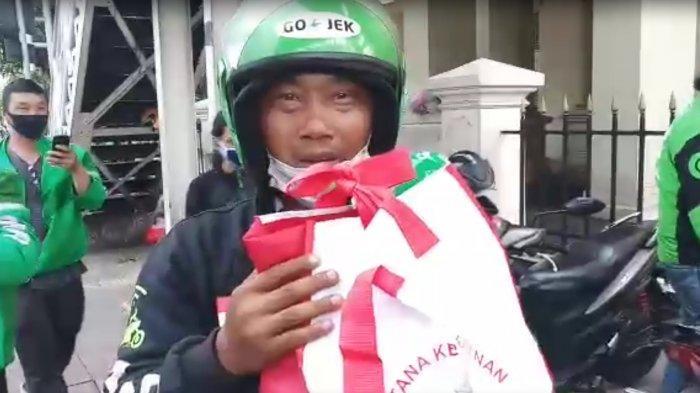 VIDEO: Jokowi Bagi-bagi Sembako ke Ojol di Harmoni