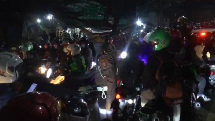 Aksi Kasatlantas Polres Metro Bekasi kepada Pemudik Nekat Lawan Arah Terobos Titik Penyekatan