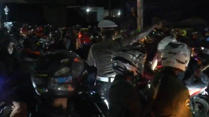 Kepala Satuan Lalu Lintas Polres Metro Bekasi, Ojo Ruslani saat meminta para pemudik putar balik di di Jalur Pantura Kedungwaringin, peebatasan Bekasi-Karawang, Minggu (9/5/2021) malam.