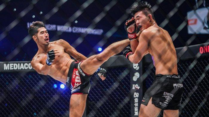Ok Rae Yoon melakukan tendangan ke arah Christian Lee pada pertarungan perebutan gelar juara dunia kelas ONE Lightweight