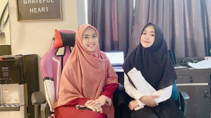 Dukung Ria Ricis Selesaikan Kuliah, Oki Setiana Dewi Temani Adik Bungsunya Ajukan Proposal Skripsi