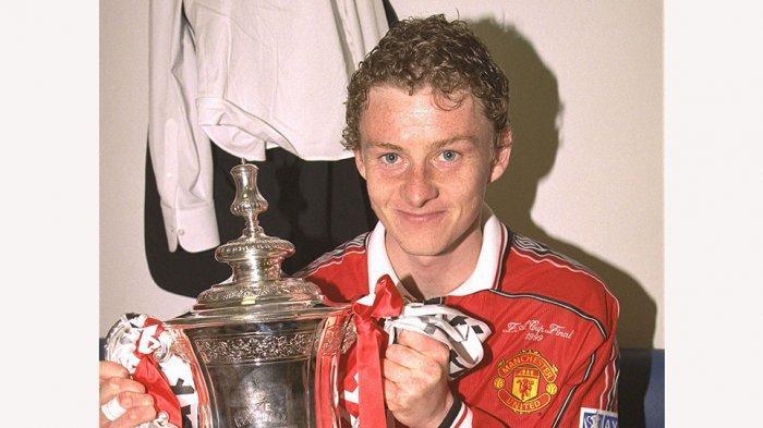Ole Gunnar Solskjaer dengan trophy FA Cup yang berhasil diraih Manchester United 1999