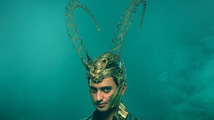 Omar Daniel mengenakan kostum Signature Loki