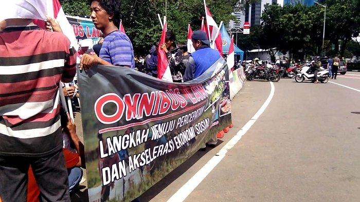 VIDEO: Aksi 212 Diwarnai Demonstrasi Dukung Omnibus Law
