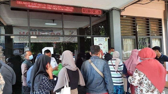 Orangtua Murid Banjiri SMAN 1 Kota Tangerang Imbas Server PPDB Error