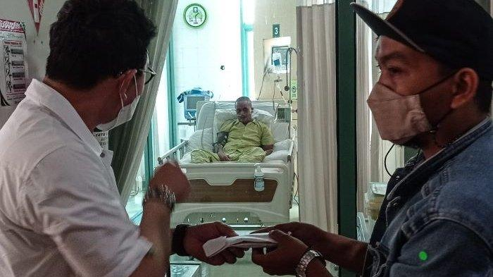 Vice President ANTV Otis Hahijary saat menjenguk Sapri Pantun yang sedang menjalani perawatan di rumah sakit, Jumat (7/5/2021). Sejak Selasa (4/5/2021) malam, Sapri Pantun menjalani perawatan di Rumah Sakit Sari Asih, Ciledug, Kota Tangerang.