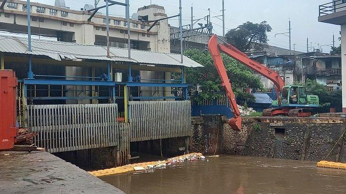 HUJAN DERAS Guyur Sebagian Wilayah Jakarta Hari Ini, Pintu Air Manggarai dan Karet Siaga 4 Normal
