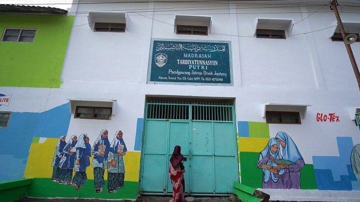 Hasil kegiatan pembuatan mural dengan gambar bertema Islami di Pondok Pesantren Tarbiyatun Nasyiin oleh Pacific Paint.