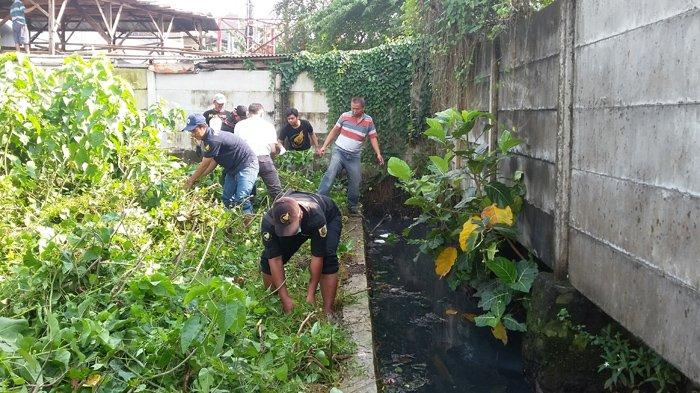 Perantauan Asal Wonogiri Bersihkan Saluran Air di Pasar Rebo