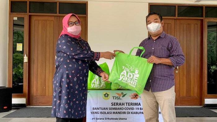 Bupati Bogor Ade Yasin menerima bantuan 2.500 paket sembako untuk pasien isoman Covid-19 dari Tim Fasilitasi Tanggung Jawab Sosial dan Lingkungan (TF-TJSL) Perusahaan Kabupaten Bogor pada Jumat (16/7/2021).