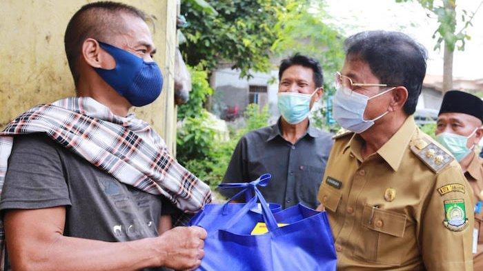 Wakil Wali Kota Tangerang Sachrudin menyerahkan bantuan paket sembako untuk warga disabilitasi, Selasa (2/3/2021)